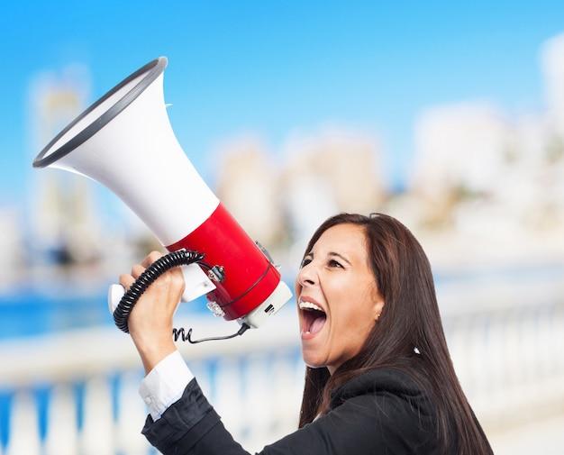 メガホンを持つクールなビジネス女性
