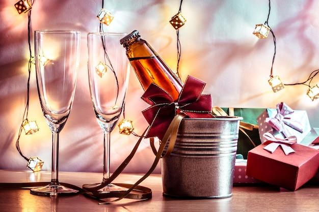 축하를위한 멋진 샴페인과 유리. 크리스마스와 새 해 축제에서 촛대입니다.