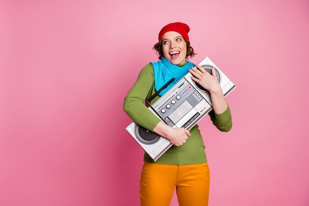 クールなクレイジーでエネルギッシュな女の子の抱擁boomboxはレトロな音楽を再生するのを楽しむ