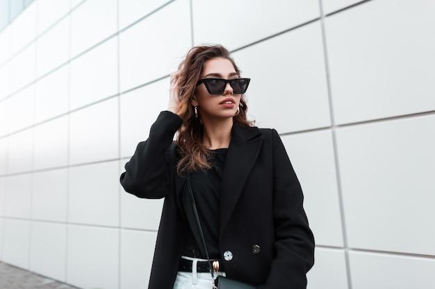 유행 검은 옷에 멋진 패션 여자