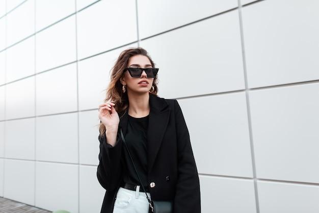 유행 검은 옷에 멋진 패션 여자 프리미엄 사진