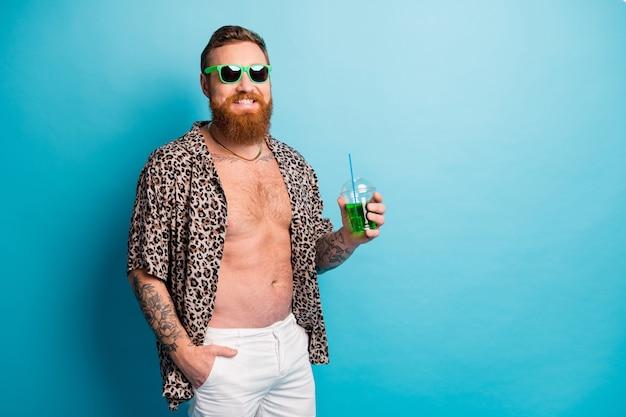 クールなファンキーなひげを生やした生姜観光客の男は夏休みをお楽しみください