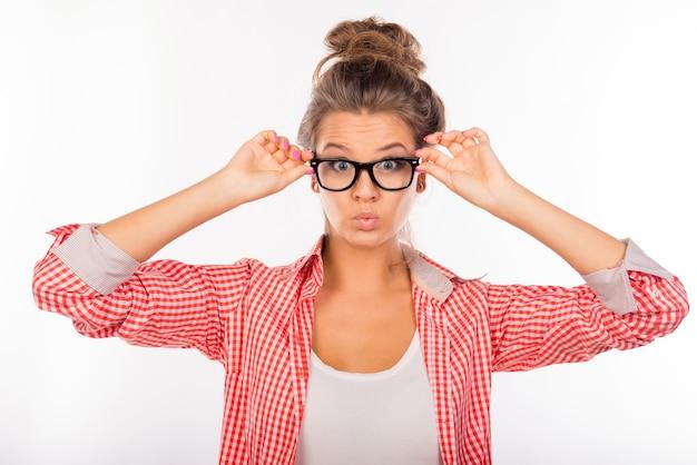 眼鏡をかけているクールな面白いセクシーな女性