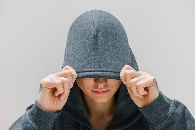 회색 후드티를 입은 멋진 소녀 프리미엄 사진