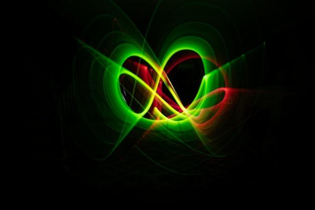 시원한 녹색과 붉은 네온 빛의 움직임