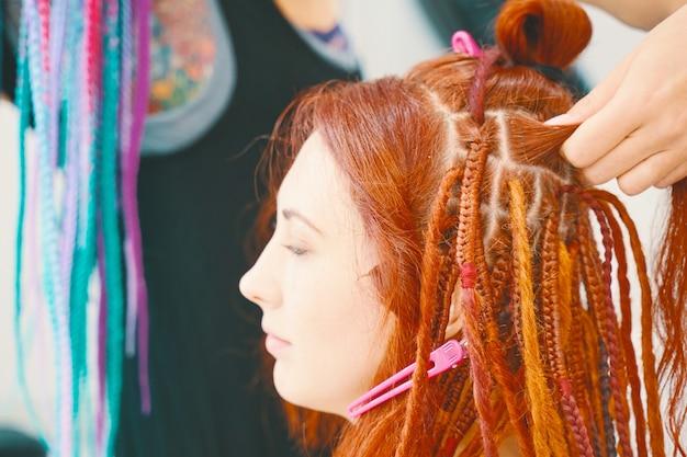 Классная прическа из искусственных волос парикмахерская косы дреды парикмахер плетет косы с канек ...