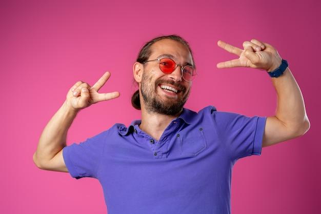 Прохладный длинноволосый радостный мужчина в очках крупным планом