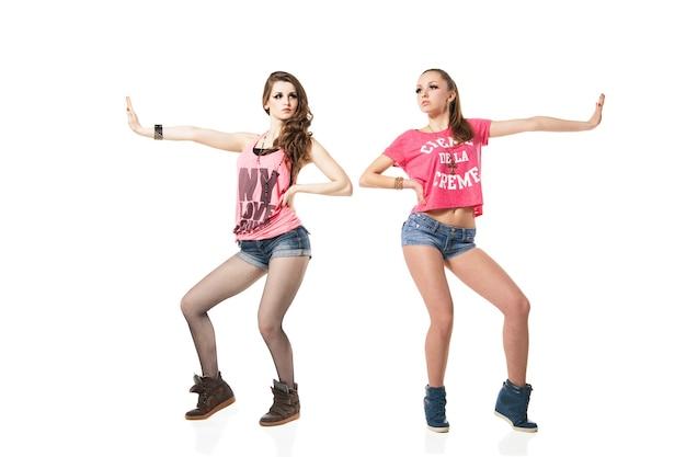 Круто выглядят две танцующие женщины, изолированные на белом фоне