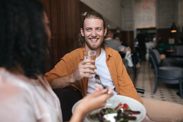 멋진 남자 레스토랑에 앉아 여자와 이야기
