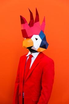 Крутой мужчина в 3d-маске оригами и стильной цветной одежде - креативная концепция для рекламы, маска на голову животного, делающая забавные вещи на красочном фоне