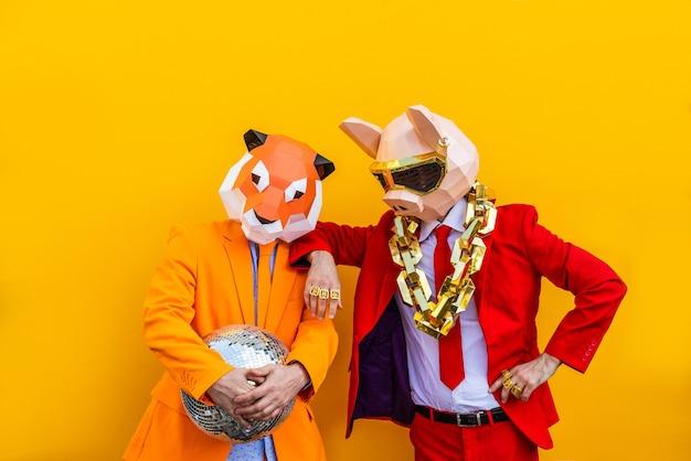 Крутой мужчина в 3d-маске оригами в стильной цветной одежде креативная концепция рекламы маски для головы животного, делающей забавные вещи на красочном фоне