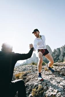 Cool uomo con tatuaggi ultra trail runner