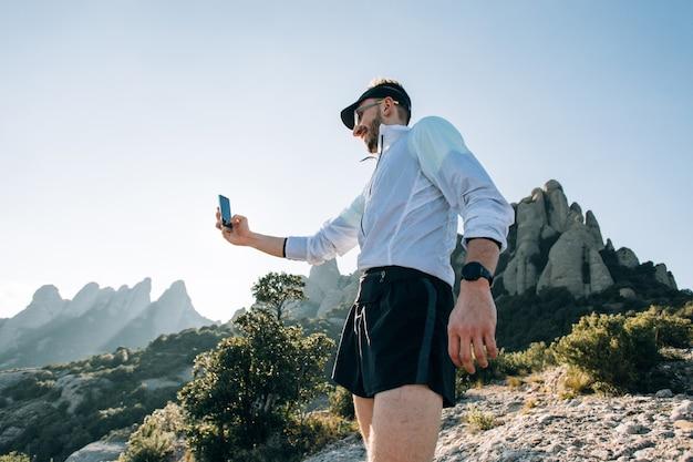 Крутой мужчина с татуировками ultra trail runner