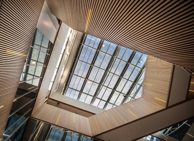 Классная лестница с подсветкой в современном здании