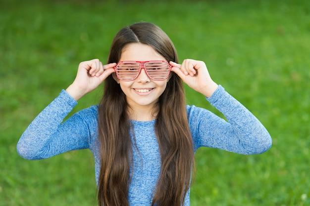 夏の日をリラックスさせるサングラス、陽気な気分のコンセプトを持つ少女のクールなスタイル。