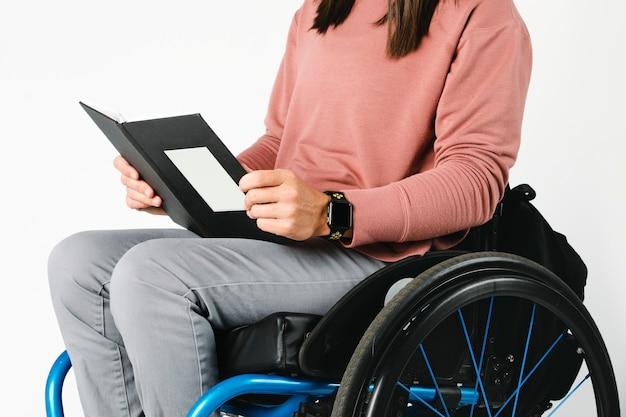 本を読んで車椅子のクールな女性
