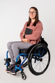 검은 책과 함께 휠체어에 멋진 여자