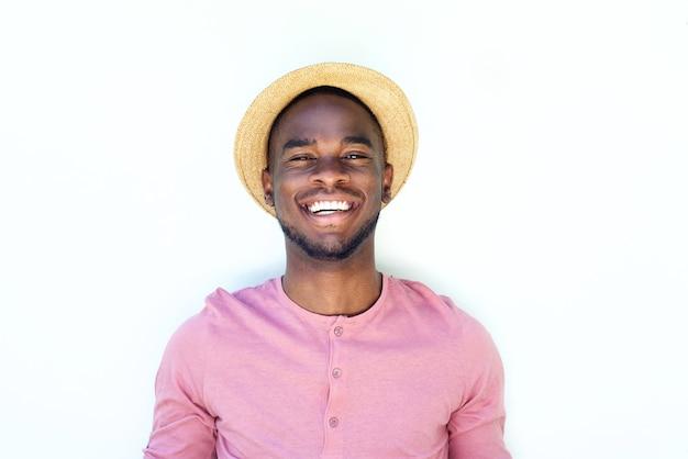 涼しい若い黒の男性ファッションモデル、帽子