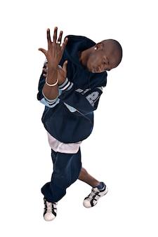 Прохладный молодой человек хип-хоп на белом фоне