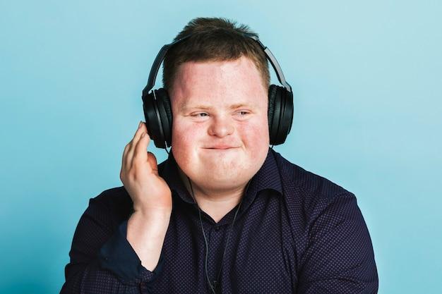 스포츠 팟캐스트를 듣고 있는 다운 증후군을 가진 멋진 청년