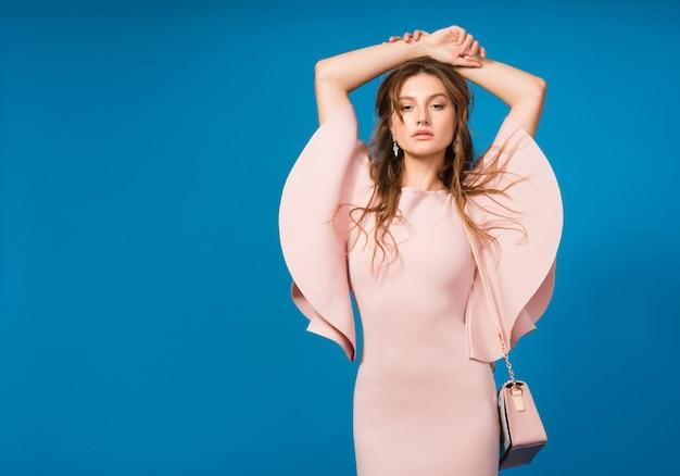 핑크 명품 드레스, 여름 패션 트렌드, 세련된 스타일의 멋진 젊은 세련된 섹시한 여자, 유행 핸드백을 들고