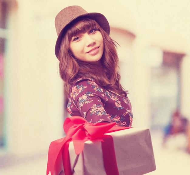 Fresco giovane-donna con un regalo