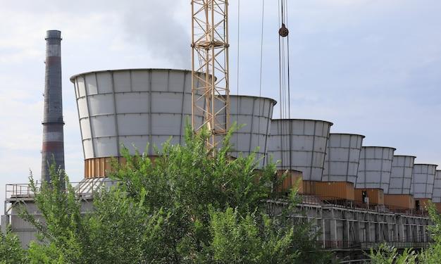 風景の産業煙突からのクーラー