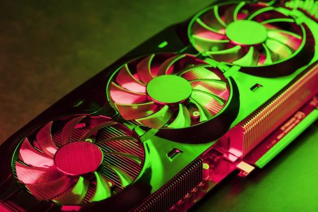 赤と緑のネオンライトのゲームビデオカードのクーラー