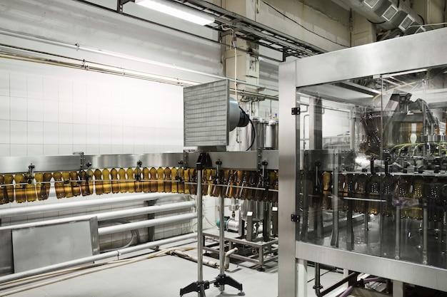Конвейер охлаждения пластиковых бутылок. перед разливочной машиной. пивоваренный завод.