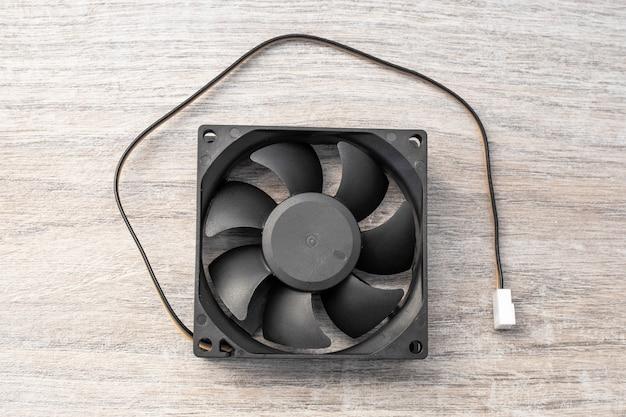 Вентилятор охлаждения радиатора силовой электроники с кабелем питания.