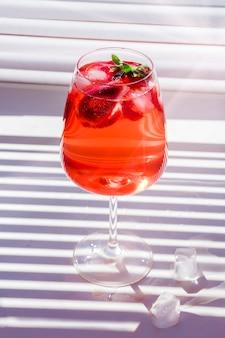 スパークリングワイン、ストロベリー、シャンパングラスの角氷でストロベリーサングリアを冷やす