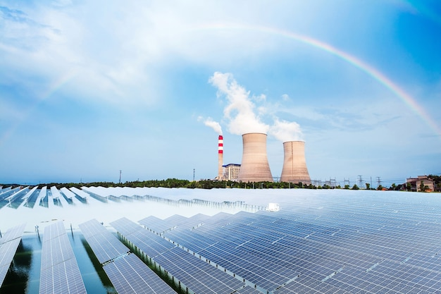 발전소의 냉각탑 및 태양광 패널
