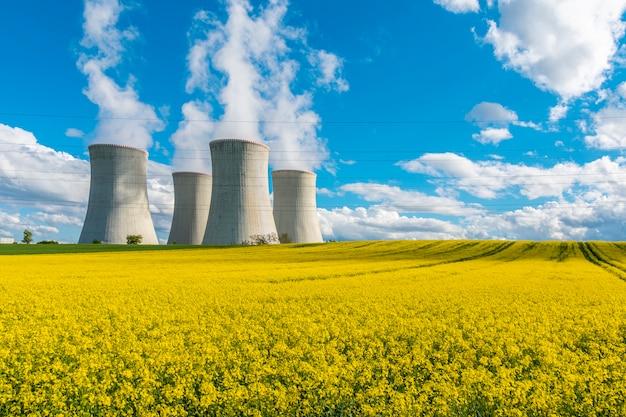 Градирни атомной электростанции в красивом пейзаже атомной электростанции дукованы