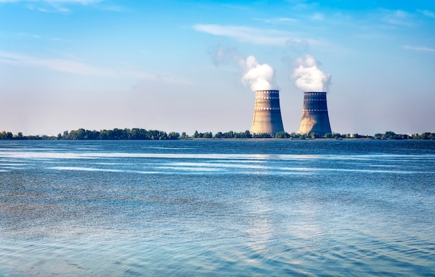 Градирни с паром от атомной электростанции на реке