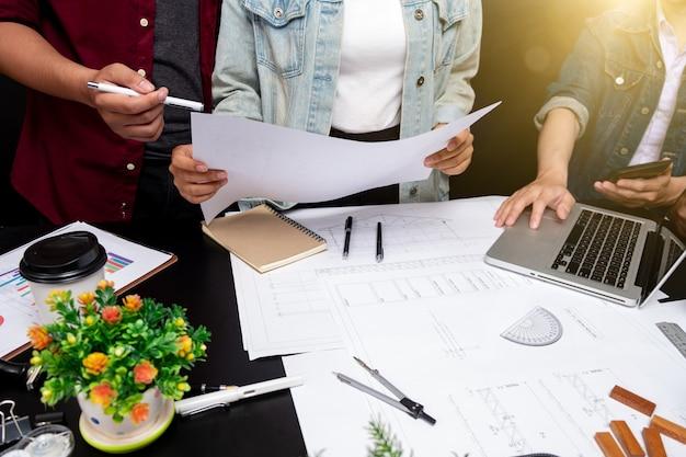 協力企業業績計画設計はチームワークの概念を描き、建築家の設備を備えた青写真の人のエンジニアの手描きの計画のクローズアップ。