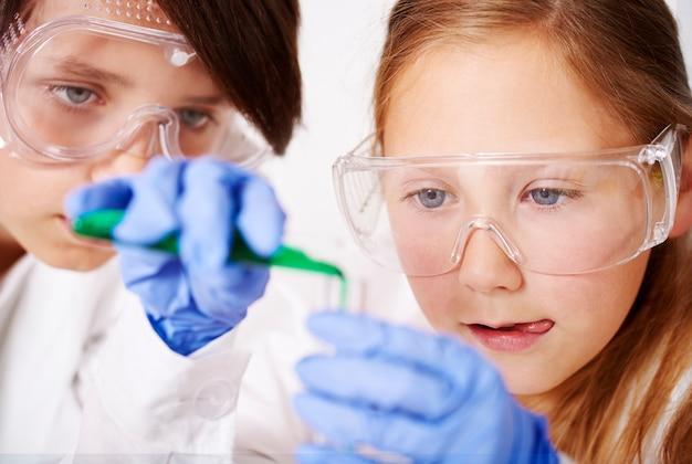 Cooperazione di piccoli scienziati in laboratorio