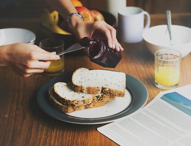 一緒に朝の朝食を一緒に食べるcoouple