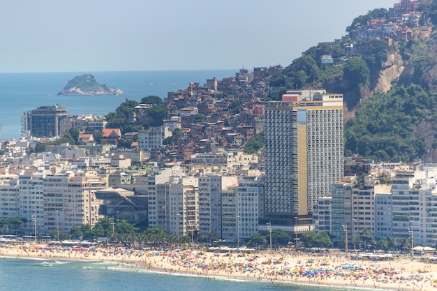 Пляж копакабана полон типичного солнечного воскресенья в рио-де-жанейро.