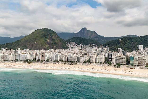 Пляж копакабана в рио-де-жанейро, бразилия