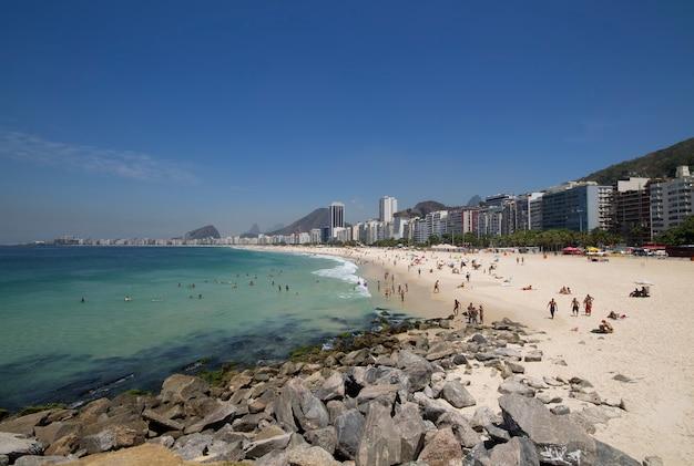 리우데 자네이루 브라질에서 여름 하루에 코파카바나 해변.