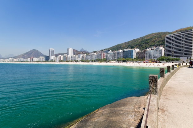 리우데 자네이루 브라질에서 푸른 바다와 코파카바나 해변.