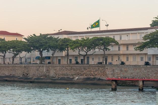브라질 리우데자네이루의 코파카바나 요새 - 2021년 3월 27일: 리우데자네이루의 배경에 아름다운 일몰이 있는 코파카바나 요새.