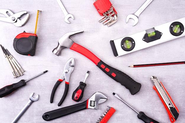 Coplet инструментов для ремонта на серую стену. оборудование для строительства. ремонтный набор инструментов. вид сверху