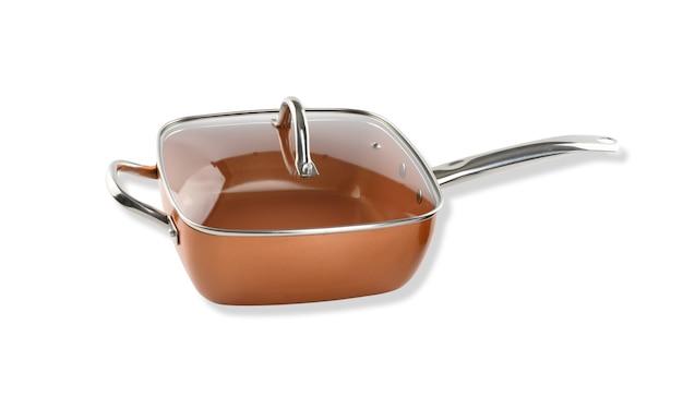 Медная глубокая сковорода с прозрачной крышкой на белом фоне