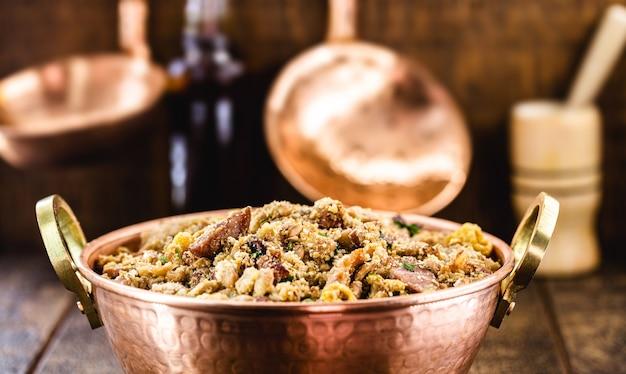 トロペイロ豆、典型的なブラジル料理の銅鍋