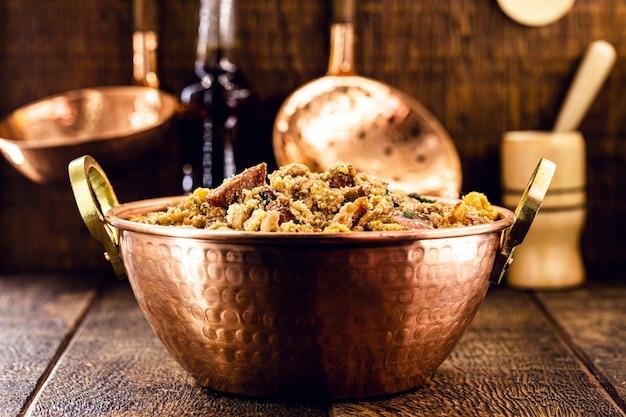 ミナスジェライス州のブラジルの代表的な食べ物、トロペイロ豆の入った銅製の鍋