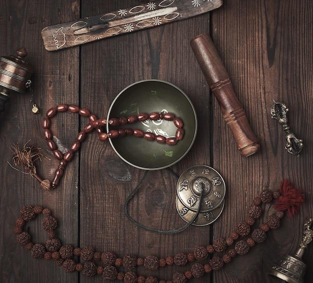 Медная поющая чаша, молитвенные бусы, молитвенный барабан и другие религиозные тибетские предметы для медитации и нетрадиционной медицины
