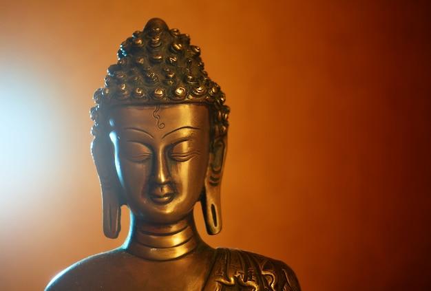 仏の銅像、仏の顔のクローズアップ