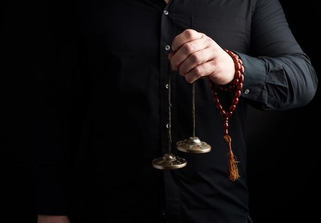銅チベットカルタリーは暗闇の中で人間の手を握る