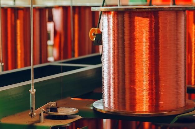 Катушки медной проволоки в кабельном заводе крупным планом фото